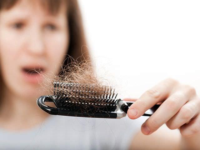 выпадают волосы у женщины