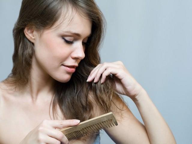 Девушка расчесывает волосы с концов