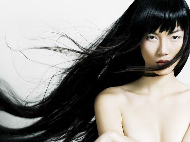 Девушка с длинными темными волосами