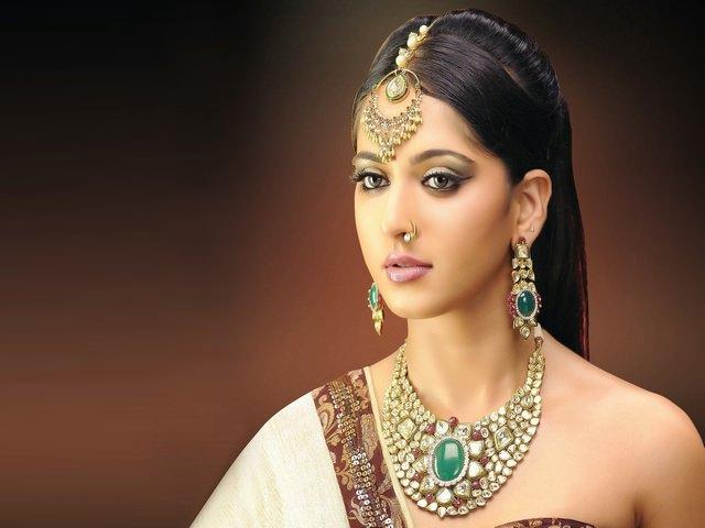 Девушка индиянка с длинными волосами, собранными сзади
