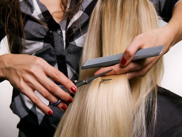 Стрижка длинных светлых волос в парикмахерской