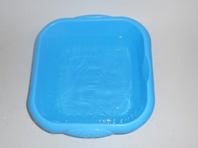 Голубой тазик с водой