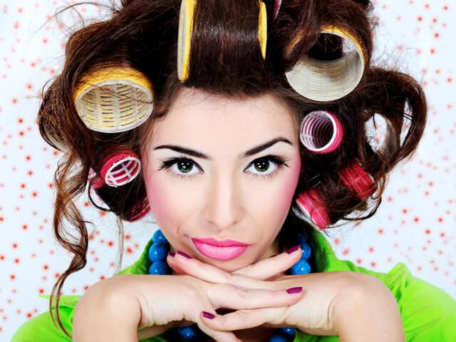 Девушка накрутила кудрявые волосы на бигуди разного размера