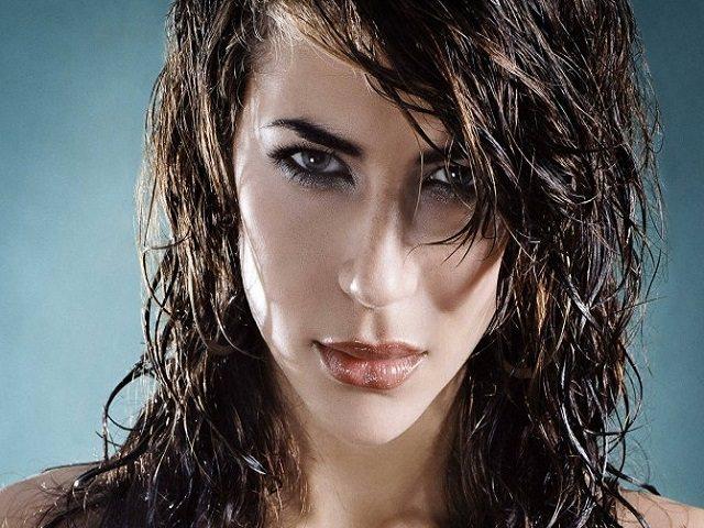 Девушка с укладкой кудрявых волос гелем