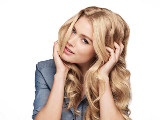 Девушка с длинными волосами, окрашенными в естественный блонд