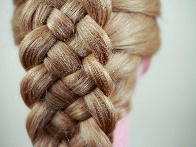 Коса для длинных волос из четырех прядей крупным планом