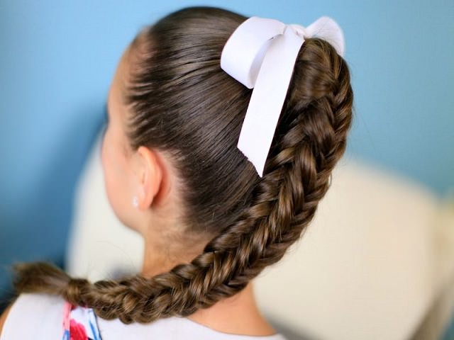 Коса рыбий хвост из длинных волос, украшенная лентой