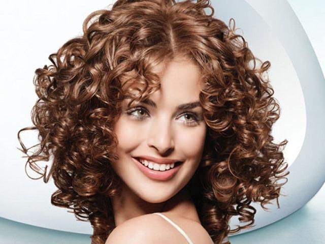 Девушка с укладкой для кудрявых волос до плеч