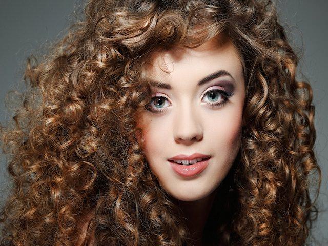 Девушка с укладкой для кудрявых волос