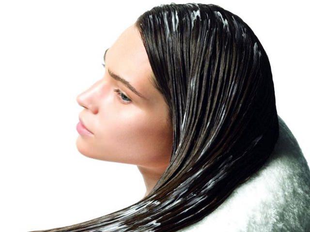 У девушки нанесена маска для блеска волос