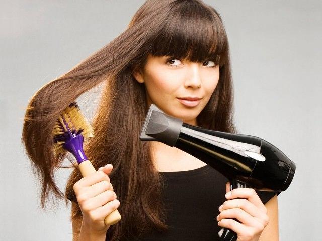 Феном и круглая щетка для укладки волос
