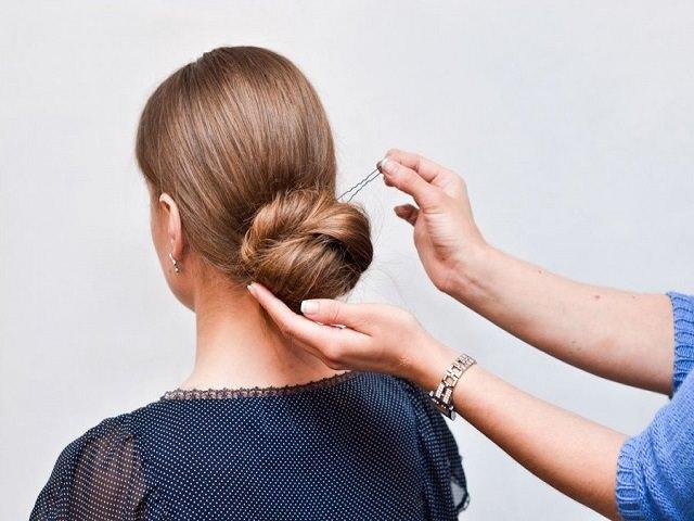 Процесс укладки длинных волос в пучок