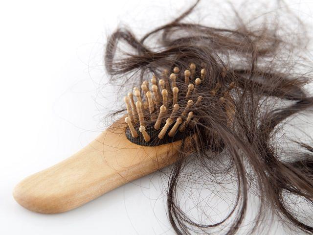 Выпавшие пряди волос на расческе