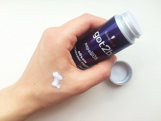 Пудра для укладки тонких волос на руке