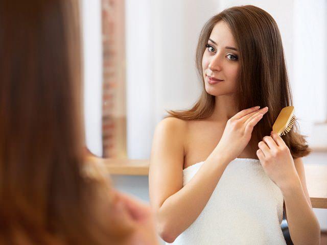 Девушка укладывает волосы средней длины