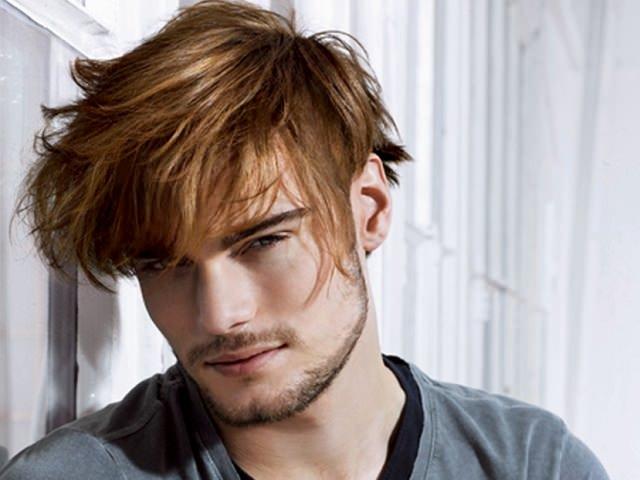 Мужчина с разноуровневой стрижкой для вьющихся волос