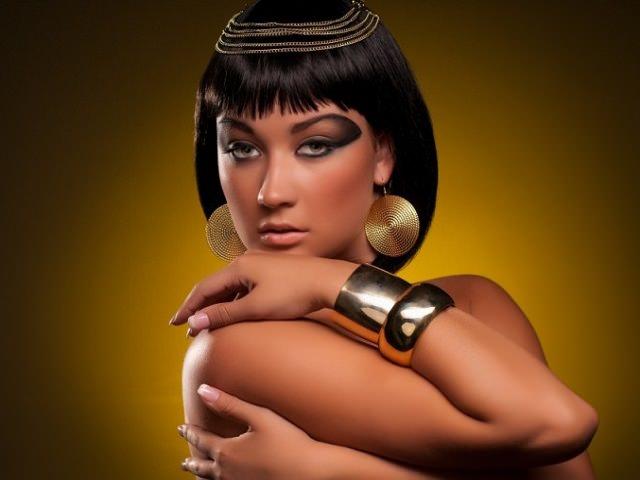 Девушка с укладкой для средних волос Клеопатра