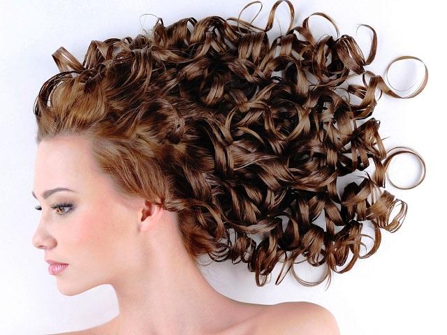 Девушка с красивой укладкой для кудрявых волос