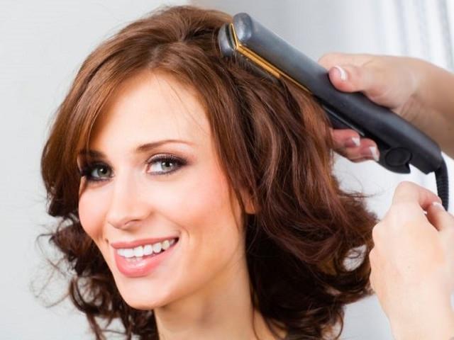 Девушке укладывают волосы кончиками наружу