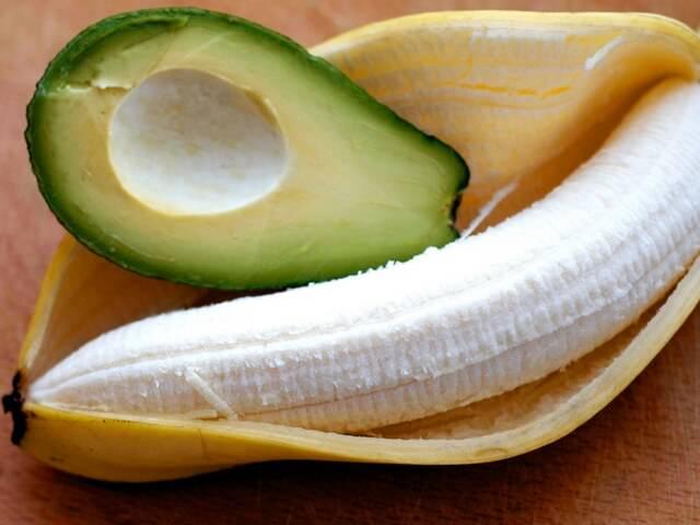Половинка авокадо и очищенный банан
