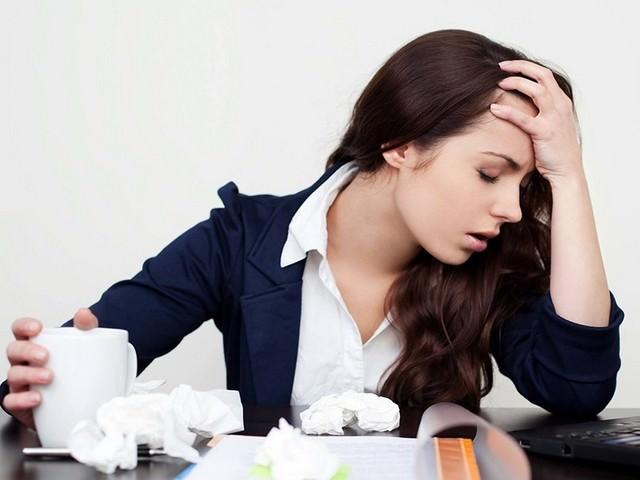 Длинноволосая девушка в состоянии стресса