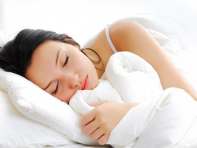 Девушка спит на полушке