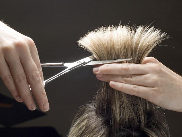Подстригать волосы на голове