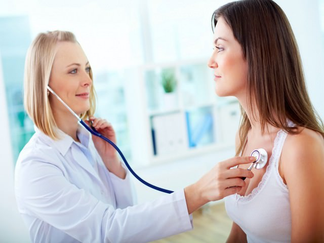 Процесс медицинского обследования организма девушки