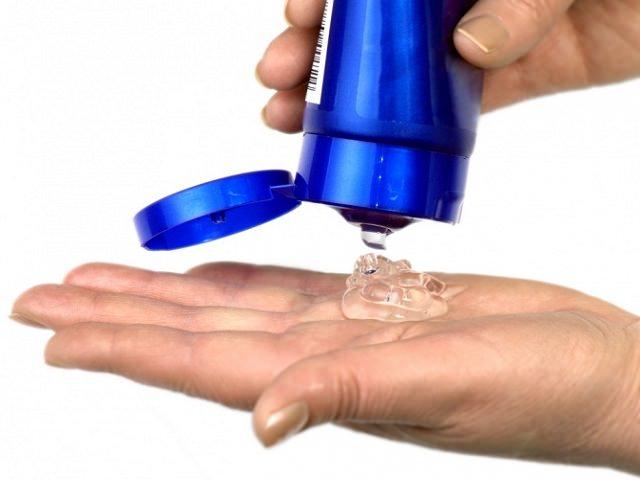 Прозрачный гель для укладки волос выдавливают на ладонь