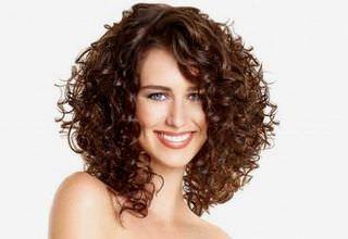 Как красиво уложить кудрявые волосы у женщин? Как подобрать прическу для кудрявых волос в зависимости от формы лица?