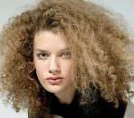 Волосы девушки после химической завивки