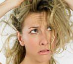Недовольная девушка с растрепанными тонкими волосами
