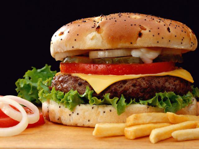 Фаст фуд в виде гамбургера и картошки фри