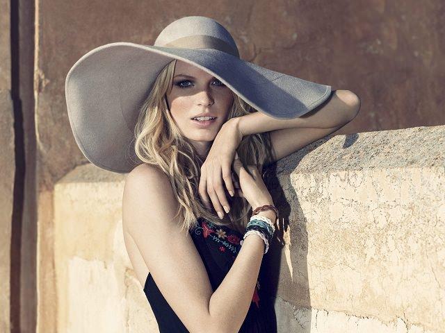 Девушка, отращивающая волосы, в шляпе